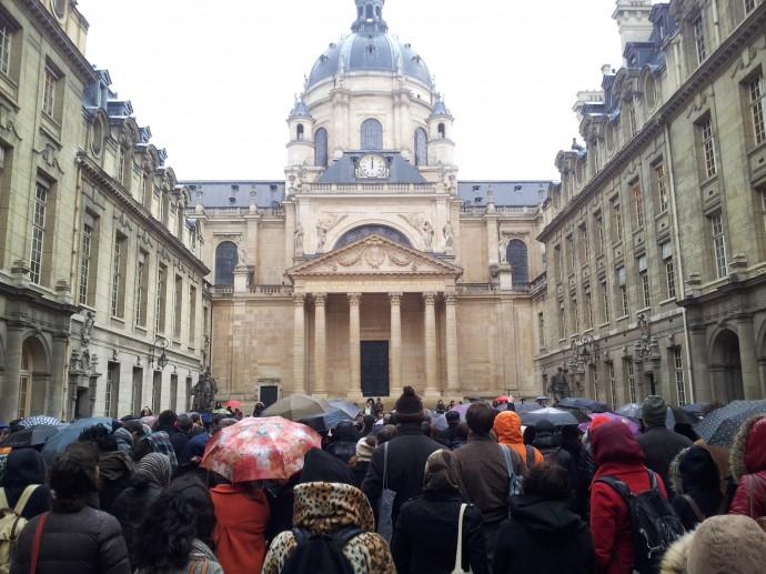Recueillement dans la Cour d'Honneur de la Sorbonne