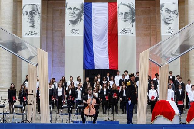 Les élèves musiciens des lycées Jean de La Fontaine et Jean Racine lors de l'entrée des cercueils. © MENESR - Philippe Devernay
