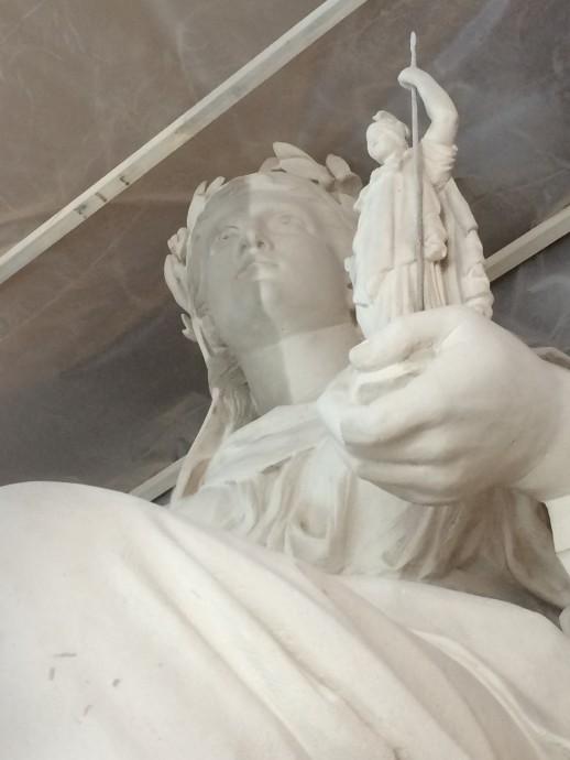 La Statue en cours de restauration : à gauche du visage l'état avant restauration et à droite, l'état après restauration.