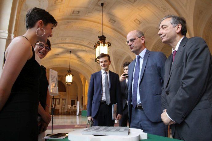Jean-Michel Blanquer (au centre) et Gilles Pécout (à droite) échangent en Sorbonne avec une lauréate de la spécialité arts de la pierre du Concours général 2019.