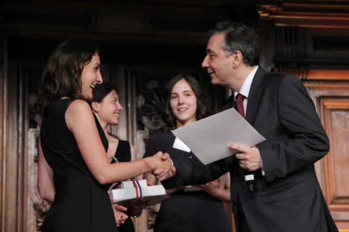Le recteur Gilles Pécout remet en Sorbonne son prix à une lauréate du Concours général 2019.
