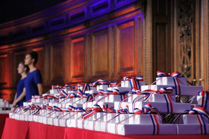 Table avec les prix des lauréats du Concours général 2019, dans le grand amphithéâtre en Sorbonne.