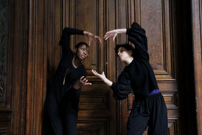 """Dévoilement des sept portraits de femmes illustres faits par l'artiste C215 pour la Sorbonne : """"Aux grandes femmes, la Sorbonne reconnaissante"""". Les 2 danseuses solistes lors du dévoilement chorégraphié."""