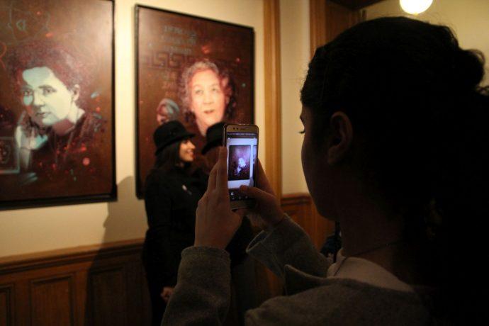"""Dévoilement des sept portraits de femmes illustres faits par l'artiste C215 pour la Sorbonne : """"Aux grandes femmes, la Sorbonne reconnaissante"""". Les élèves du lycée Turgot dansant devant le public à l'issue des discours."""