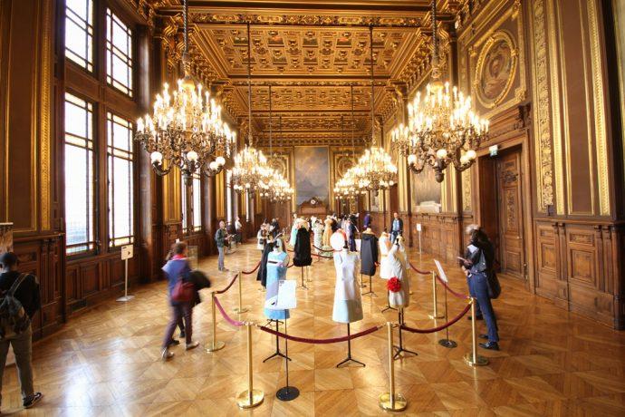 Exposition dans le grand salon des tenues confectionnées par les élèves des lycées professionnels de la mode et de l'élégance pour les JEP
