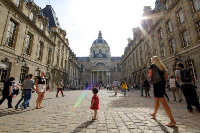 Public visitant la Cour d'Honneur en Sorbonne à l'occasion des Journées européennes du patrimoine.