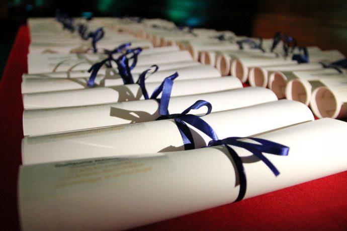 Diplômes des prix solennels de thèse de la Chancellerie des universités de Paris. Grâce aux prix de la Chancellerie, la Chancellerie des universités de Paris distribue en 2020 près d'un demi-million d'euros à 44 lauréats, pour soutenir la recherche.