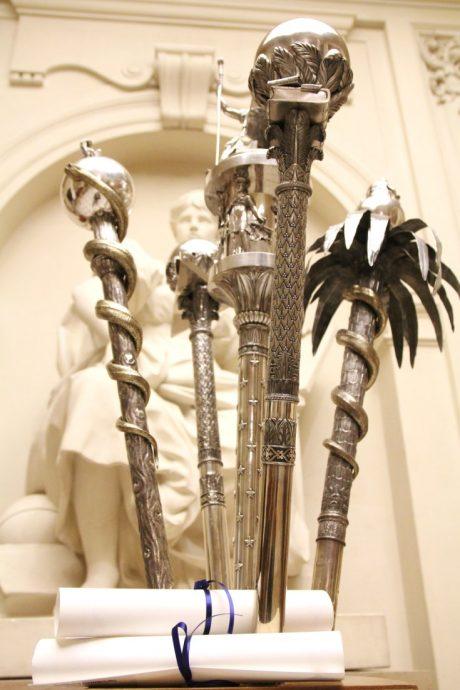 Les masses, réalisées par Jean-Baptiste Claude Odiot, orfèvre de l'empereur Napoléon 1er et toujours utilisées lors de la cérémonie des Prix de la chancellerie.