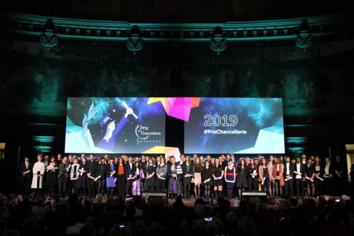 Photo de groupe finale de la cérémonie de remise des Prix de la Chancellerie 2019, dans le Grand Amphithéâtre en Sorbonne.