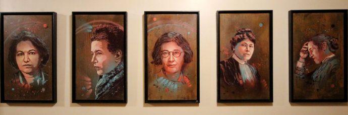 """Dévoilement des sept portraits de femmes illustres faits par l'artiste C215 pour la Sorbonne : """"Aux grandes femmes, la Sorbonne reconnaissante"""". De gauche à droite, Françoise Héritier, Simone de Beauvoir, Simone Weil, Jeanne Chauvin et Elisabeth Garett Anderson"""