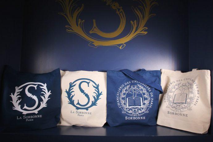 Tote bag en coton biologique de la Boutique de la Sorbonne et des universités de Paris. Venez découvrir tous les produits de la boutique au 10 rue de la Sorbonne.