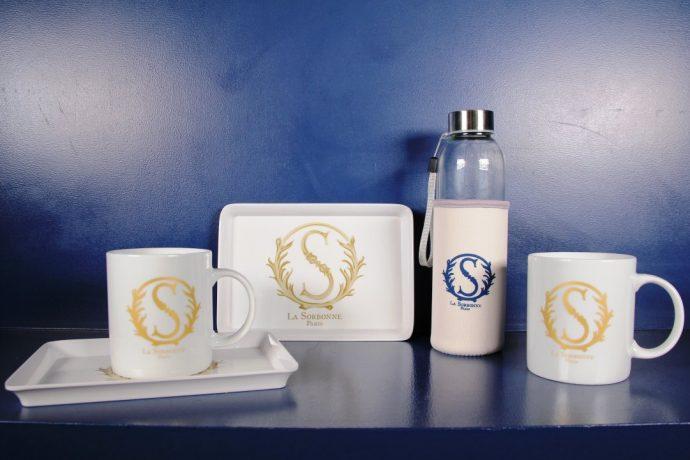 Mug en porcelaine, plateau et gourde de la Boutique de la Sorbonne et des universités de Paris. Venez découvrir tous les produits de la boutique au 10 rue de la Sorbonne.
