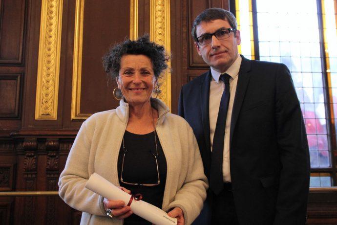 Stefano Bosi, vice-Chancelier des universités de Paris (à droite) vient de remettre à Marie Rajablat (à gauche) le prix Seligmann 2018.