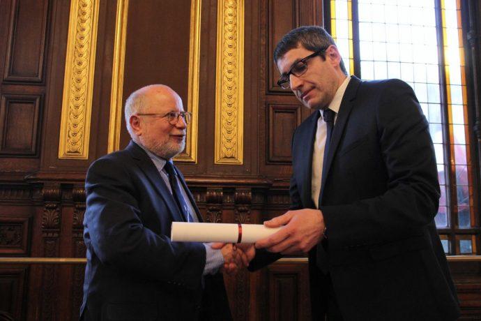 Stefano Bosi remet le prix Seligmann 2018 à Samuel Sandler.