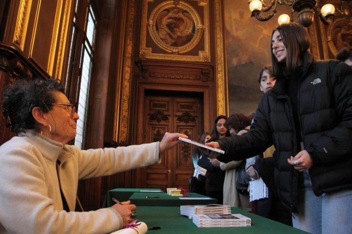 Séance de dédicace à la fin de la cérémonie de remise du prix Seligmann 2018 en Sorbonne ; chaque élève du lycée Colbert présent a pu repartir avec ses exemplaires personnalisés.