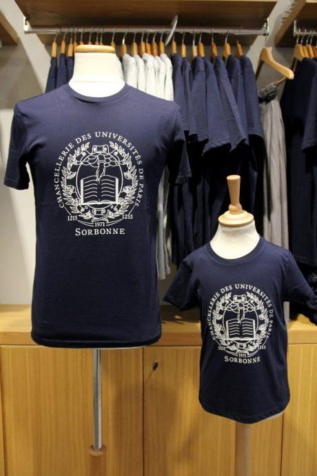 Tee-shirt unisexe en coton biologique vendus à la boutique officielle de la Sorbonne, au 10 rue de la Sorbonne.