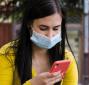 Une étudiante avec un masque chirurgicale consulte son smartphone. Copyright etudiant.gouv.fr